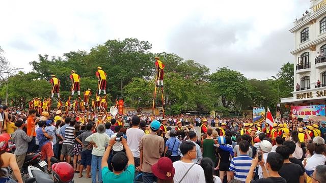 Hàng vạn người dân, du khách đổ ra đường xem các lễ hội đường phố trong Festival Huế