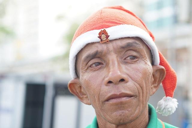 Chú Mai Quốc Dũng, sinh năm 1970 hiện đang là một tài xế xe ôm tại khu vực biển Nha Trang.