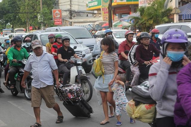 Hành khách vất vả băng qua đường Đinh Bộ Lĩnh