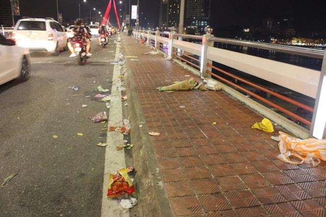 Hình ảnh xấu xí trên đường phố Đà Nẵng do những người thiếu ý thức giữ vệ sinh nơi công cộng để lại sau đêm hội pháo hoa