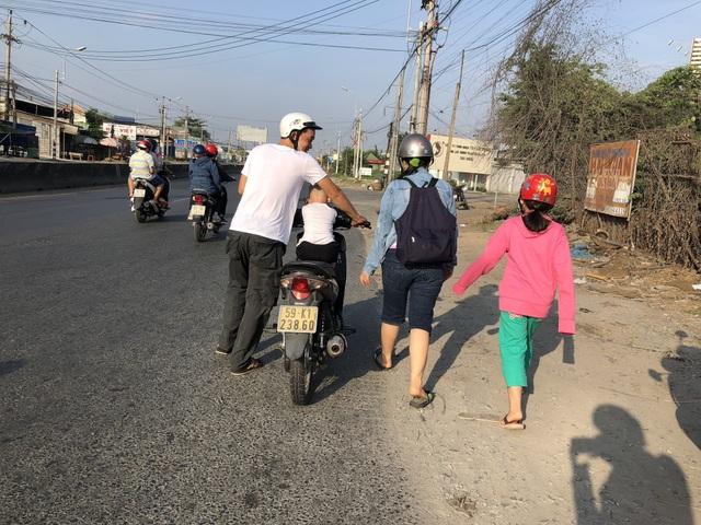 Anh Lê Văn Trung thà dẫn bộ chứ không đưa xe vào các điểm vá xe trên quốc lộ