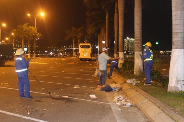 Các công nhân vệ sinh môi trường nhanh chóng ra quân dọn rác để sớm trả lại cảnh quan sạch đẹp cho đường phố Đà thành