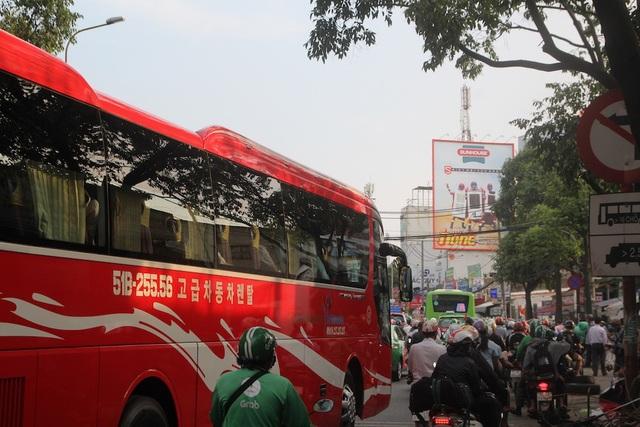 Từ chiều 1/5, giao thông qua khu vực bến xe miền Đông bắt đầu căng thẳng khi người dân trở lại thành phố sau kỳ nghỉ lễ