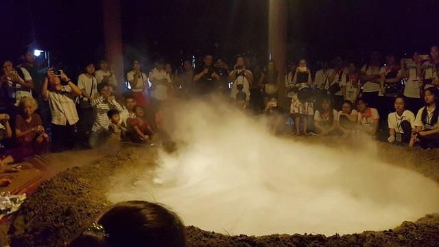 """Xuất hiện… """"miệng núi lửa"""" tại Festival Huế - 10"""