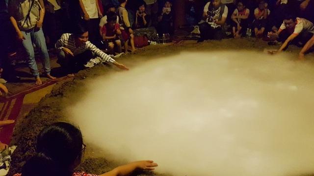 Mọi người sau màn biểu diễn có thể chạm tay vào núi lửa