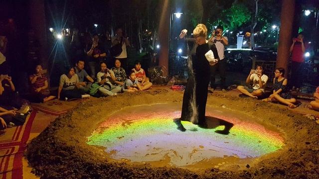 """Xuất hiện… """"miệng núi lửa"""" tại Festival Huế - 3"""