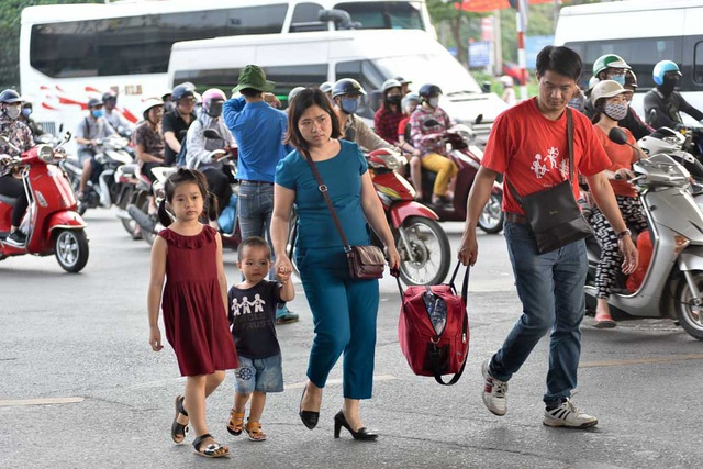 Thời tiết hôm nay nắng nóng khiến việc di chuyển xa của người dân thêm phần vất vả.