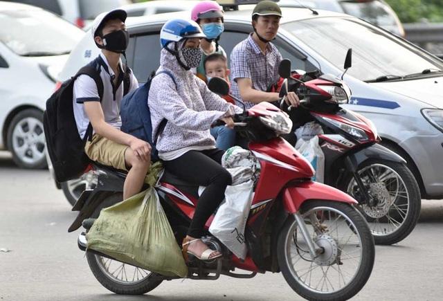 Xe máy chở lỉnh kỉnh đồ đạc - hình ảnh thường thấy trước và sau mỗi kỳ nghỉ dài.