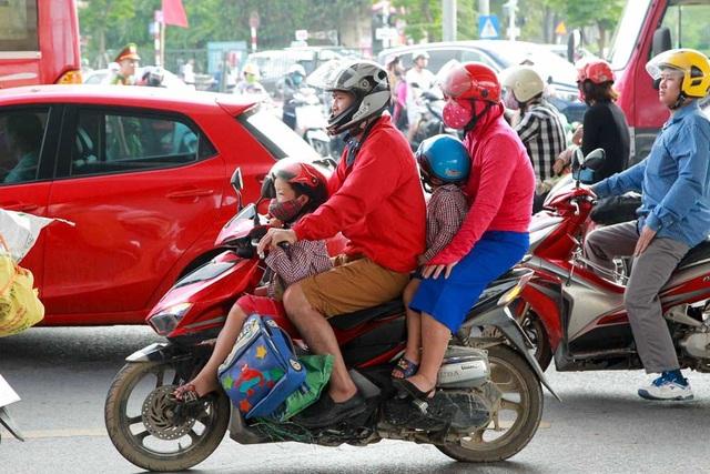 Hàng nghìn phương tiện nối đuôi đưa người dân trở lại Thủ đô sau kỳ nghỉ lễ - 11