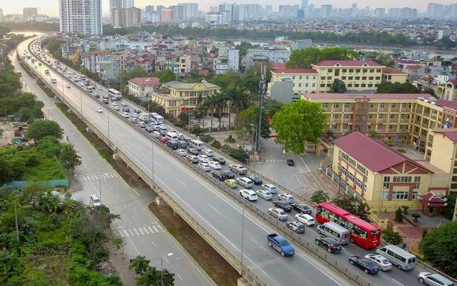 Hàng nghìn ô tô ùn ứ trên đường vành đai 3 trên cao, nhích từng chút một để đi vào trung tâm Hà Nội.