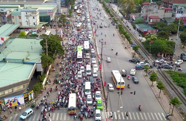 Chiều 1/5, ngã ba Pháp Vân - Ngọc Hồi - Giải Phóng luôn trong tình trạng ùn ứ phương tiện ở phần đường dẫn vào trung tâm Hà Nội.