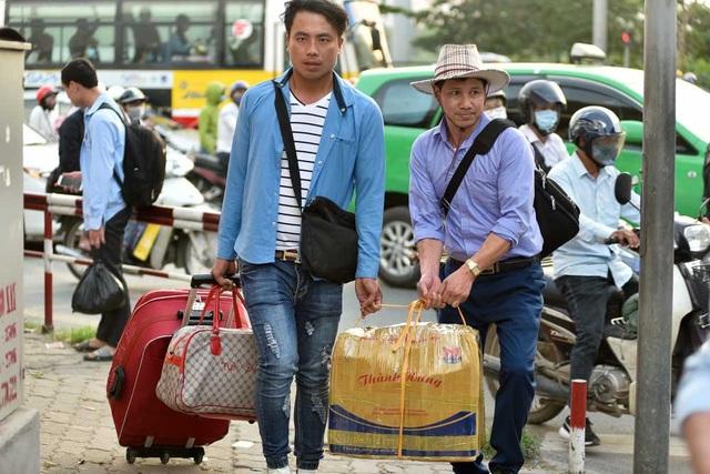 Hàng nghìn phương tiện nối đuôi đưa người dân trở lại Thủ đô sau kỳ nghỉ lễ - 10
