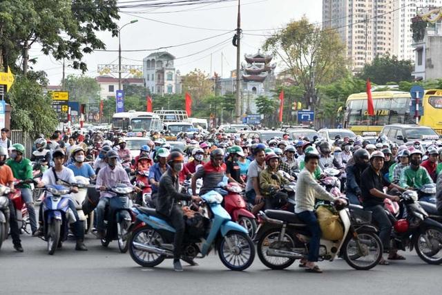 Ngày 30/4 - 1/5 nối vào cuối tuần nên các cơ quan được nghỉ tới gần 4 ngày. Hôm nay là ngày nghỉ cuối cùng, người dân đi nghỉ lễ trở lại Hà Nội khiến lưu lượng giao thông tăng đột biến.