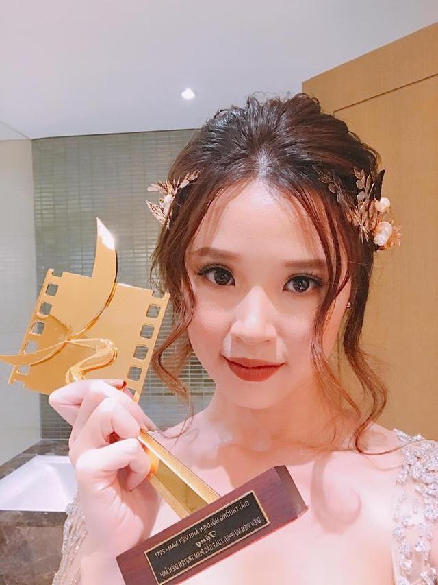Năm 2017, đầy bận rộn với những dự án riêng, Midu chỉ tham gia được một vai mợ Tuyết Mai trong phim Mẹ Chồng. Vậy mà chính vai diễn ấy lại mang đến cho cô giải thưởng Cánh Diều Vàng - Nữ diễn viên phụ xuất sắc nhất của năm được trao mới đây vào tháng 4/2018.