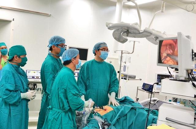 Các bác sĩ đang phẫu thuật nội soi xếp nếp đáy vị để điều trị bệnh trào ngược dạ dày thực quản cho bệnh nhân Th.