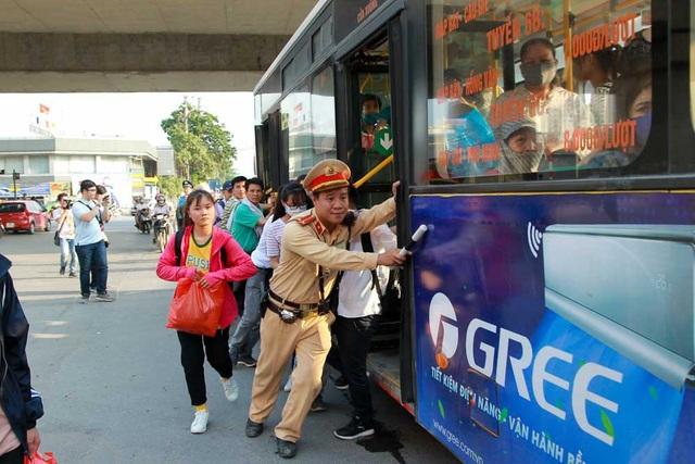 Chiếc xe buýt bất ngờ chết máy ngay ngã ba Pháp Vân - Ngọc Hồi - Giải Phóng, hành khách và CSGT phải đẩy xe vào lề đường.