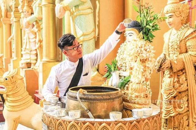 Anh Nguyễn Hoàng Bảo thực hiện nghi thức rửa Phật ở Yangon, Myanmar. Ảnh: NVCC.