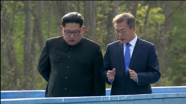 Hai nhà lãnh đạo trò chuyện riêng khi đi dạo. Ảnh: Reuters