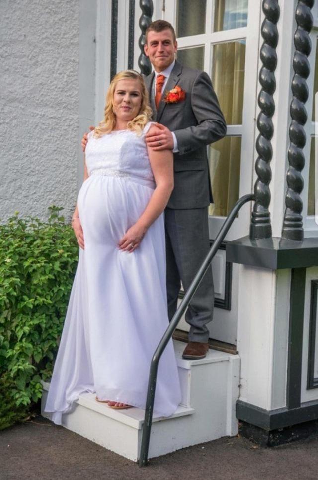 Đám cưới đang diễn ra thì cô dâu Abbie Green bỗng nhiên vỡ nước ối rồi sinh con