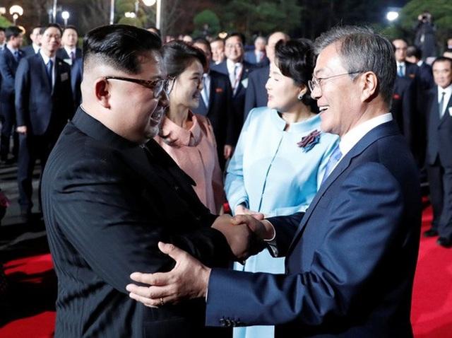 Tươi cười đến lúc ra về. Ảnh: Reuters