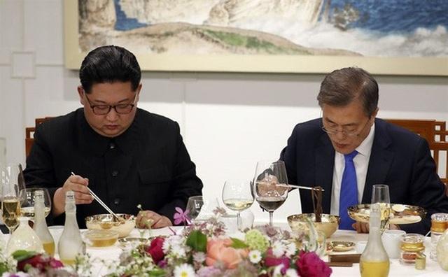Món mì lên bàn tiệc. Ảnh: Reuters