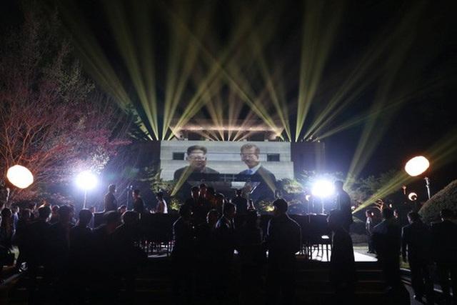 Màn trình diễn ánh sáng chia tay ông Kim. Ảnh: Reuters