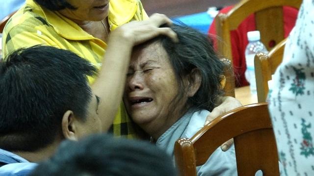 Một cử tri cao tuổi khóc ngất rồi ngã ra bất tỉnh.