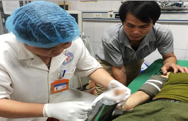 Các bác sỹ sơ cứu bàn tay của nữ bệnh nhân bị mắc kẹt trong thân máy xay thịt