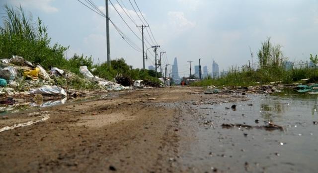 Con đường phía trước nhà bà Cúc giờ chỉ là nơi đổ rác trộm, nhếch nhát, bẩn thỉu, ngập úng.