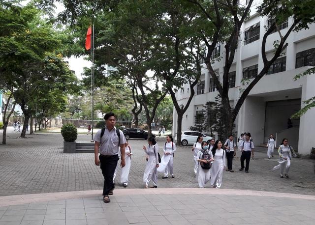 Các học sinh khối 12 THPT Phan Châu Trinh (Đà Nẵng) dự kỳ thi thử THPT quốc gia