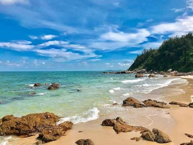 Nước biển trong xanh, cảnh đẹp hoang sơ là những điểm cộng hút du khách ở Quan Lạn