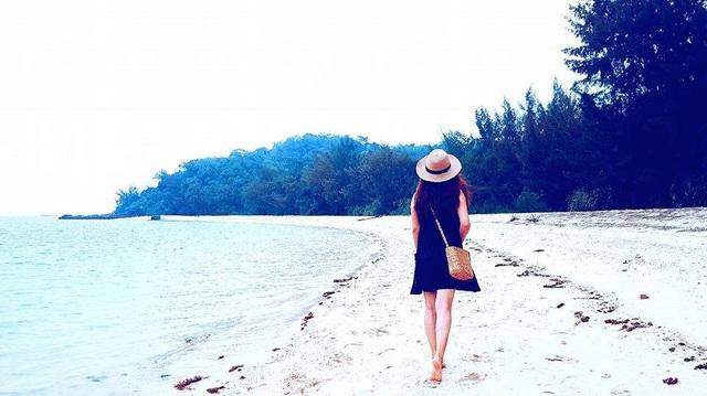 Một trong những điểm nổi bật của Cô Tô là nước biển trong xanh, bờ cát trắng mịn.