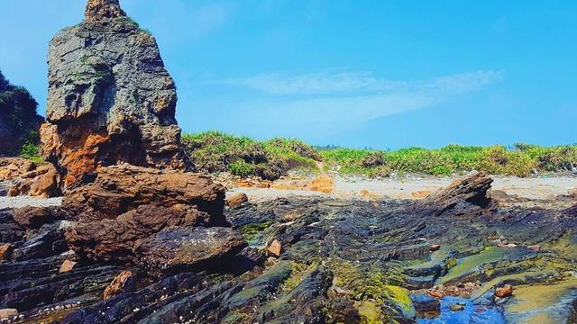 Ngoài tắm biến, du khách có thể khám phá các bãi đá tự nhiên đặc sản chỉ có ở Cô Tô