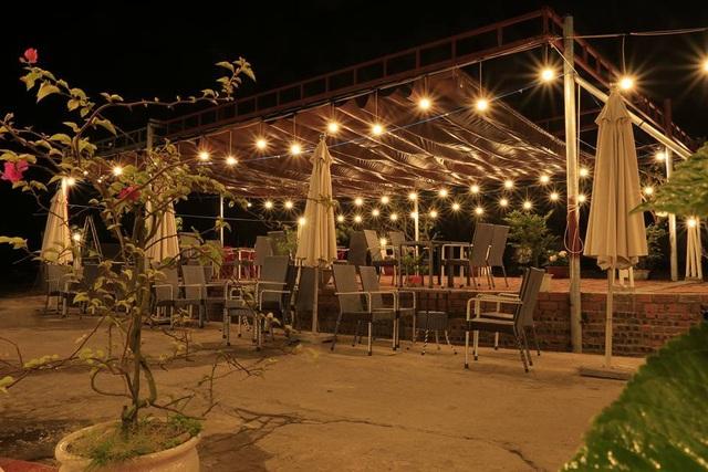 Hiện nay, trên đảo Quan Lạn dịch vụ ăn uống, nhà hàng, khách sạn cũng đa dạng, phong phú hơn trước cho du khách lựa chọn. Ảnh: Minh Vũ