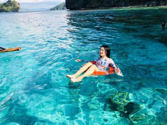"""Đồng Huyền Thu (SN 1990) hiện là MC cho nhiều chương trình quen thuộc trên VTV. Ngoài công việc bận rộn ở đài, nữ MC xinh đẹp còn có sở thích đi du lịch, khám phá các cảnh đẹp ở khắp mọi nơi trên thế giới. Mới đây cô cùng gia đình vừa thực hiện chuyến đi du lịch đến Elnido, quần đảo được ví như """"thiên đường trong thiên đường"""" ở Philippines."""