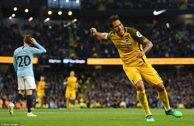 Ulloa trừng phạt sai lầm của Bravo bằng bàn thắng vào lưới Man City