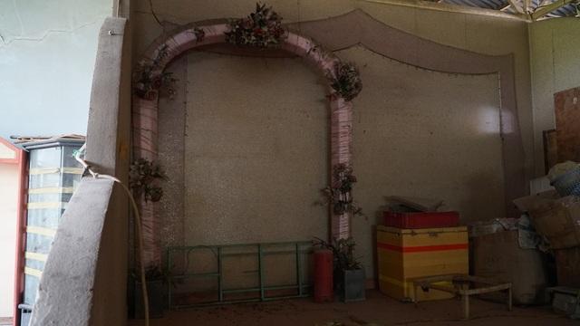 Chiếc cổng cưới đứng buồn trong góc tối