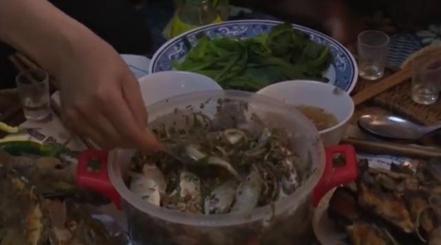 Cá được trộn với các gia vị ăn kèm, khi ăn vẫn cảm nhận được cá nhảy tanh tách trong mồm.
