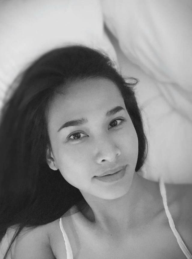 """""""Vẫn thích nhất khuôn mặt sau khi ngủ dậy không son không phấn không rực rỡ... nhưng đó là những nét thật nhất của bản thân mà mình luôn yêu thích"""", cô viết."""