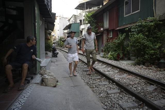Đường tàu hỏa siêu hẹp trong phố cổ Hà Nội thu hút khách Tây - 14
