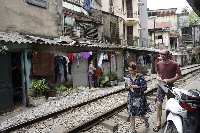 Đường tàu hỏa siêu hẹp trong phố cổ Hà Nội thu hút khách Tây - 15