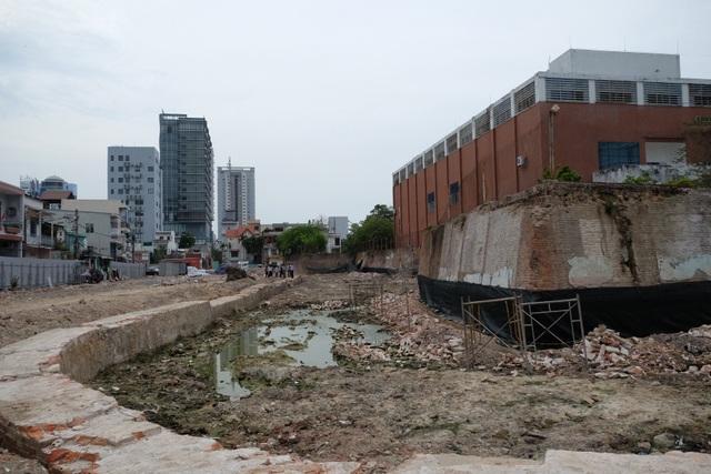 Đơn vị thi công đã đào xuất lộ một phần móng tường hào thành Điện Hải bị vùi lấp, xâm lấn theo thời gian