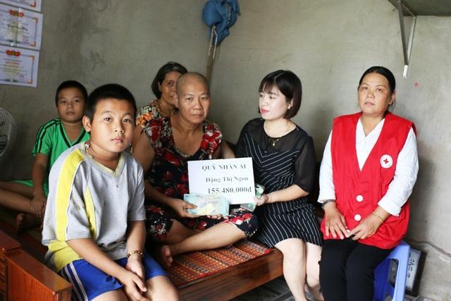 Nhà báo Phạm Tâm - Phó trưởng Đại diện báo Dân trí ở khu vực ĐBSCL trao số tiền hơn 155 triệu đồng của bạn đọc báo Dân trí cho bà Ngon dưới sự chứng kiến của chủ tịch Hội chữ thập đỏ xã Sơn Định