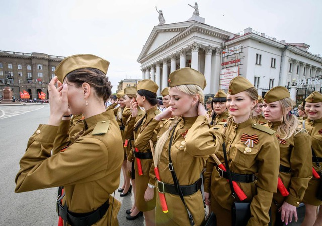"""Ngày 9/5, Nga tổ chức các buổi lễ duyệt binh quy mô hoành tráng kỷ niệm 73 năm chiến thắng trong cuộc chiến tranh Vệ Quốc vĩ đại, góp phần quét sạch chủ nghĩa phát xít và kết thúc Thế chiến 2. Theo Dailymail, trong các buổi lễ diễn ra trên 28 thành phố trên khắp đất nước, Nga đã điều động lực lượng hùng hậu gồm 55.000 quân nhân tham gia và 1.200 khí tài quân sự. Đặc biệt, trong buổi lễ duyệt binh, sự xuất hiện của những """"bông hồng thép"""" đã thu hút sự chú ý của khán giả trên toàn thế giới. (Ảnh: AFP)"""