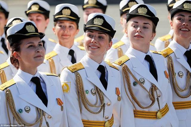 Các nữ quân nhân St Peterburg diễu hành trong ngày vui của nước Nga. (Ảnh: Tass)
