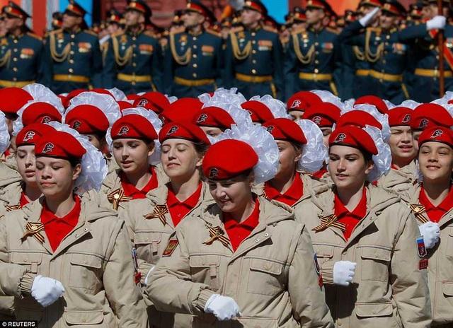 Các thành viên thuộc Phong trào xã hội quân sự-ái quốc trẻ toàn Nga Yunarmiya diễu hành trong buổi lễ (Ảnh: Reuters)