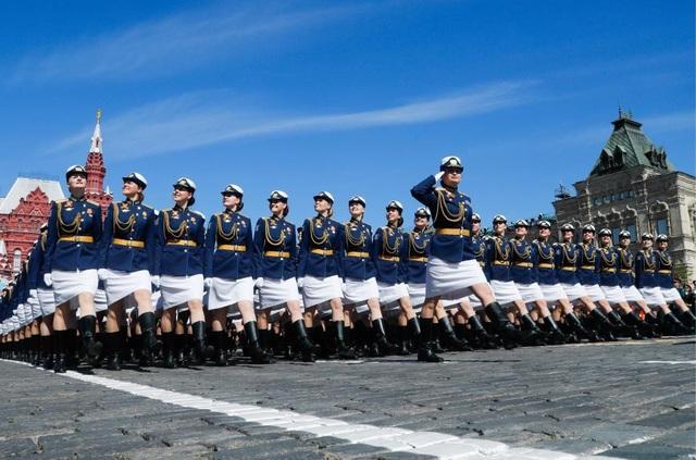 Các nữ quân nhân thuộc Học viện quân sự Budyonny với đồng phục áo xanh váy trắng diễu hành tại Quảng Trường Đỏ. (Ảnh: Getty)