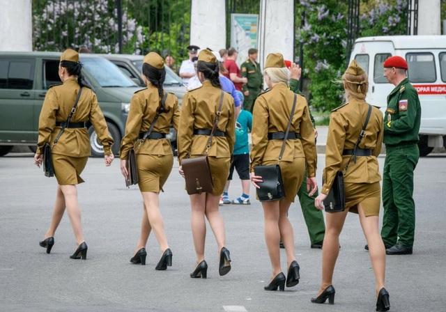 Các nữ quân nhân trong trang phục váy và áo màu vàng mù tạt bước đi duyên dáng trên đường phố Volgograd. (Ảnh: AFP)