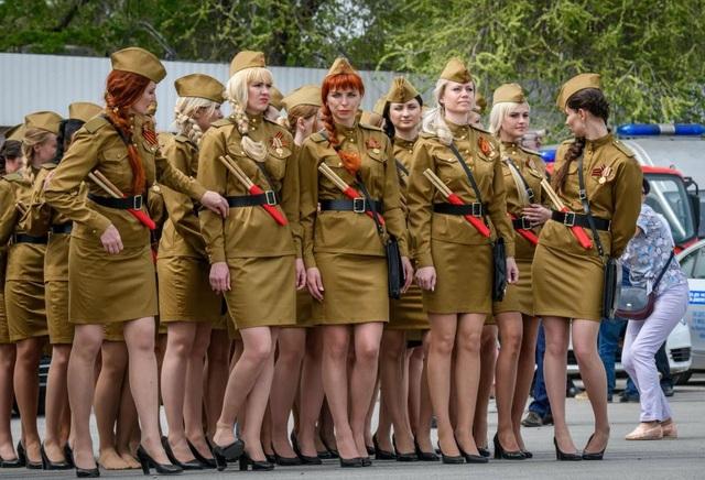 Họ mặc những trang phục theo phong cách Liên Xô cũ cùng giày cao gót và diễu hành trong không khí đầy niềm tự hào. (Ảnh: AFP)