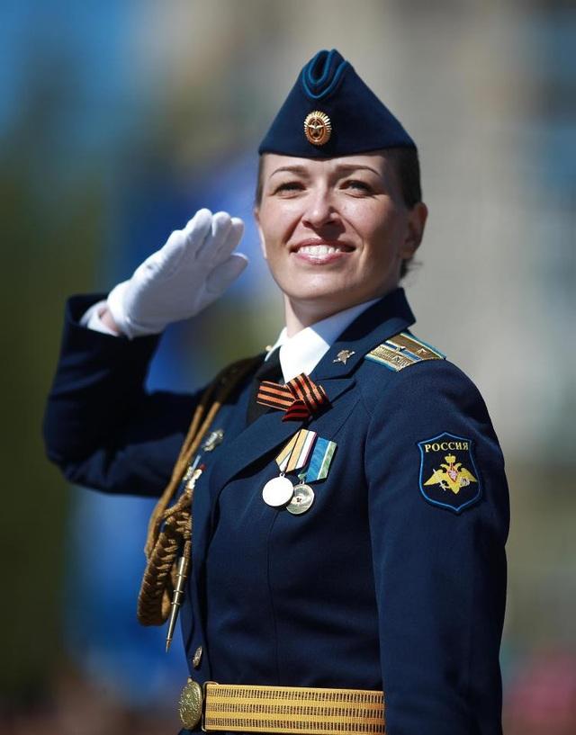 Nụ cười rạng ngời của một chiến sĩ khi diễu hành (Ảnh: Getty)